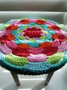 Capa colorida para banquinho, em crochê