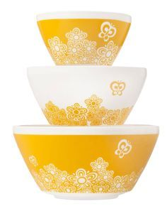 Vintage Charm Golden Days: Inspired by the Butterfly Gold pattern of Also known as the pattern found in almost every American kitchen in the and Welcome home! Read more: Vintage Charm™ Inspired by Pyrex® collection - Retro Renovation Vintage Kitchenware, Vintage Dishes, Vintage Glassware, Vintage Pyrex, Vintage Tins, Vintage Decor, Retro Vintage, Pyrex Display, Safe Glass