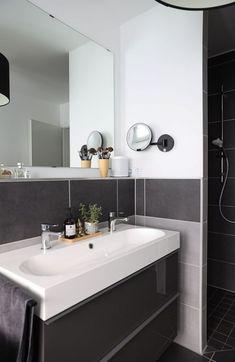 Kosmetikspiegel mit Akku I Beleuchteter Kosmetikspiegel mit Sensortechnologie   #kosmetikspiegel #badezimmer #einrichtungsberatung Double Vanity, Bathroom Lighting, Mirror, Home Decor, Super, Furniture, Usb, Blog, Lighted Vanity Mirror