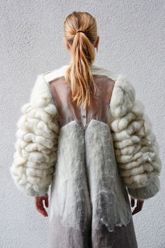 volume knit, massive sleeves image source: unknown amazing textile art couture maxi coat using textural and fabric manipulation Fashion Art, High Fashion, Fashion Design, Net Fashion, Fashion Outfits, Peau Lainee, Pret A Porter Feminin, Sculptural Fashion, Fabric Manipulation