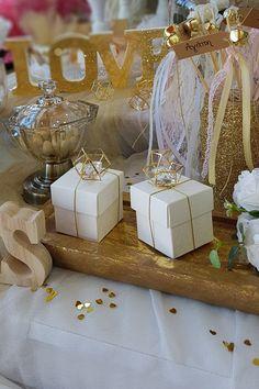 Ρομαντικός γάμος σε χρυσές αποχρώσεις με λευκές λεπτομέρειες. Πατήστε στην εικόνα και δείτε περισσότερες προτάσεις. #weddingfavors #goldwhitewedding #elegantweddingdecor #elegantweddingdecoration #elegantcenterpiecce #whitewedding #weddingtrends #weddinginspiration #goldwedding #γαμος #διακοσμησηγαμου #γαμος2020 #μπομπονιερες #μπομπονιερεςγαμου #χειροποιητεςμπομπονιερες  #wedding2020 #barkasgr #barkas #afoibarka #μπαρκας #αφοιμπαρκα #imaginecreategr Place Cards, Gift Wrapping, Place Card Holders, Weddings, Table Decorations, Gifts, Home Decor, Gift Wrapping Paper, Presents
