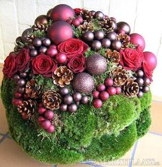 Make Christmas baubles with brown and red hues in pillow moss and with small Christmas balls. Alternative: with moss and succulent plants and dark red or purple balls Diy Christmas Baubles, Christmas Flowers, Christmas Door, Christmas Balls, Christmas Holidays, Christmas Wreaths, Christmas Crafts, Christmas Tablescapes, Christmas Centerpieces