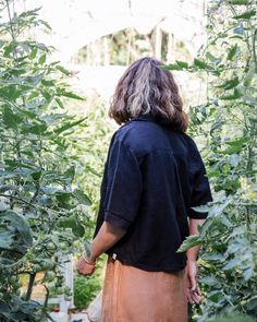 Spending the weekends between flowers, earth and sun - there is nothing better than that! 🌱 #matona #sustainablefashion #slowfashion #ethicalbrand #fairfashion #slowfashionmovement #ethicallymade #lessismore #linenlove #linenblouse #mamastyle #glasshouse #greenhouse #plantlife