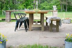 outdoor farmhouse patio table with bench and black outdoor farmhouse chairs - Patio Table - Ideas of Patio Table Outdoor Farmhouse Table, Diy Outdoor Table, Farmhouse Table Chairs, Farmhouse Furniture, Diy Patio, Patio Chairs, Diy Table, Outdoor Seating, High Chairs