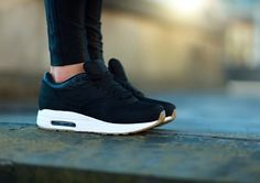 I like | black sneakers | {nike}