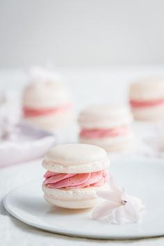 Perfect macarons whenever I like, anytime and for all eternity? - The Italian version with French butter cream - Rezepte: Macarons - Dessert Italian Macarons, Italian Pastries, Italian Desserts, Just Desserts, Delicious Desserts, Dessert Recipes, Yummy Food, French Buttercream, Raspberry Buttercream