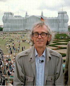 Der Künstler Christo ist bekannt für seine Verpackungsaktionen. 1995 verhüllte er den Reichstag in Berlin......♔..