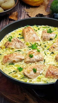 Puten Medaillons in Lauch-Rahm-Soße | Lydiasfoodblog Keto Meal Plan, Diet Meal Plans, Meal Prep, Diet Recipes, Chicken Recipes, Healthy Recipes, One Pot Pasta, Soul Food, Meal Planning