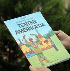 Yirminci yüzyıl Avrupa çizgi romanlarının en ünlüleri arasında sayılan Tenten'in Maceraları bütün dünyada bilinen ve zevkle okunan bir macera dizisi. Çizer George Remi, diğer ismiyle Hergé'nin başyapıtı sayılan bu çizgi roman heyecan, mizah ve ince ayrıntılarla dolu sayfalarıyla okurlarına dünyayı dolaştırıyor. Cover, Books, Libros, Book, Book Illustrations, Libri