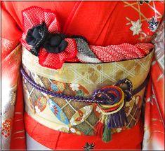 お振袖の帯結び&帯締め・帯揚げアレンジ〈同志会25年度編〉 | 素敵大好き♪美輝美容室 Japanese Textiles, Japanese Kimono, Japanese Outfits, Textile Art, Diaper Bag, Feminine, Elegant, Coat, Bags
