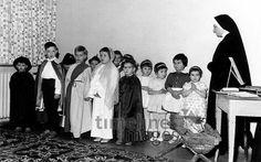 Weihnachten 1962 Ochsenfurt/Timeline Images #60er #60ies #Aufführung #Kinder #Weihnachten #historisch #Kindergarten #verkleidet #Verkleidung #Auftritt #Schauspiel #Brauchtum #Nostalgie #schwarzweiß Kindergarten, Painting, Panelling, Monochrome, Nostalgia, Christmas, Painting Art, Kindergartens, Paintings