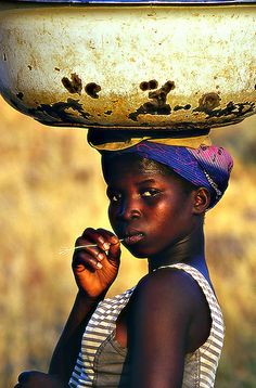 I believe I left my heart in Africa. The people, culture and wildlife I love. Oh african I love you. African Beauty, African Women, African Art, African Tribes, Black Is Beautiful, Beautiful World, Beautiful People, Fotografia Social, Out Of Africa