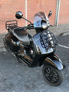Modern Vespa: The Scooter Is Dressed In Luxury And Latest - Scoots - Motorrad Piaggio Vespa, Vespa Bike, Lambretta Scooter, Vespa Scooters, Vespa 300, New Vespa, Vespa Sprint, Vintage Vespa, Triumph Motorcycles