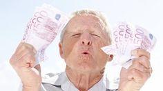 Porträt eines angeregten älteren Mannes mit etlichen 500-Euro-Scheinen in der Hand   Bildquelle: Imago/Insadco