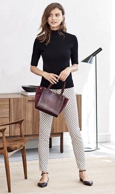 Como fugir do salto no office look. Blusa preta de gola alta, calça estampada, sapatilha no estilo bailarina