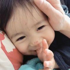 Cute Funny Baby Videos, Cute Funny Babies, Cute Asian Babies, Funny Baby Memes, Korean Babies, Asian Kids, Funny Cute, Cute Little Baby, Cute Baby Girl