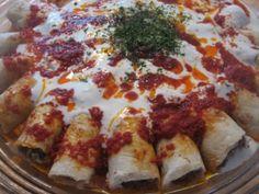 Le Beyti Kebab est un plat traditionnel turc composé de viande hachée ou grillée, enveloppée dans un pain dürum et nappé de sauce tomate et de yaourt. Un vrai délice pour les papilles... Turkish Kebab, Tikka Recipe, Great Recipes, Favorite Recipes, Arabian Food, Turkish Kitchen, Eastern Cuisine, Best Food Ever, Exotic Food