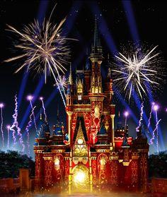 """É hora de dar adeus ao Wishes. O espetáculo de encerramento do dia no Magic Kingdom dará lugar ao Happily Ever After, novo espetáculo de fogos e projeções do Magic Kingdom! Os visitantes vão se sentir num verdadeiro conto de fadas, desde o """"Era uma vez"""" até o """"Felizes para sempre"""". Com 18 minutos de duração, e data de estreia marcada para 12 de maio, o show tomará conta do Castelo da Cinderela, dos seus arredores, e apresentará personagens de mais de 25 filmes da Disney, desde clássicos…"""