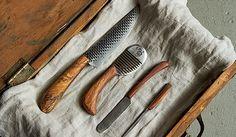 Wenn du keine Lust mehr auf einfache Messer in deiner Küche hast, solltest du dir mal die Schneidewerkzeuge anschauen, die die US-Amerikanerin Chelsea Miller erschafft. Aus Teilen alter Hufeisen und Holz, das sie auf der Farm ihrer Familie in Vermont findet, baut sie Messer und andere Küchenutensilien, die garantierte Einzelstücke sind.