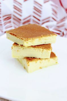 Easy Keto Crème Brûlée Bars - Ready for the oven in 5 minutes! Low Carb Sweets, Low Carb Desserts, Low Carb Recipes, Ketogenic Desserts, Keto Snacks, Brulee Recipe, Keto Bars, Gluten Free Bakery, Keto Dessert Easy