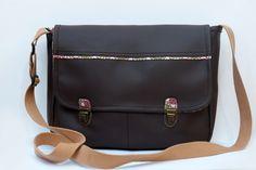 """Grand sac cartable imitation cuir marron et tissu imprimé kitsch avec fermoir """"Brown shoulder bag imitation : Sacs bandoulière par mambo-kiwi"""