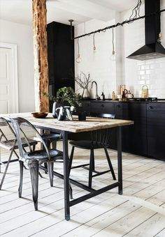 Rustic dining kitchen space with hardwood flooring, subway tiles and industrial dining furniture that signals a cool New Yorker look. Black Kitchens, Home Kitchens, Kitchen Black, Home Interior, Kitchen Interior, Home Decor Kitchen, Kitchen Design, Kitchen Rustic, Interior Design Styles Quiz