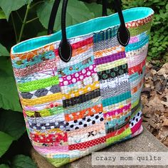 crazy mom quilts: scrap happy again. when I make one, I will do a recessed zipper! Quilted Tote Bags, Patchwork Bags, Fabric Bags, Fabric Scraps, Fabric Basket, Scrap Fabric, Crazy Mom, Denim Bag, Zipper Bags