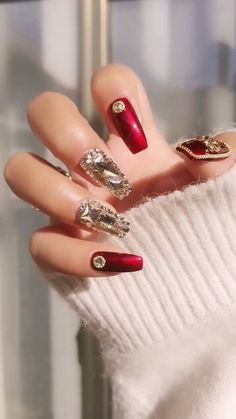 DIY Nail art designs that are actually very Easy. Get to the parties with the latest designs and styles. Nail art design needs to be attractive and fashionable. Rhinestone Nails, Bling Nails, Diy Nails, Nail Manicure, Cute Acrylic Nails, Cute Nails, Pretty Nails, Nail Art Designs Videos, Nail Art Videos