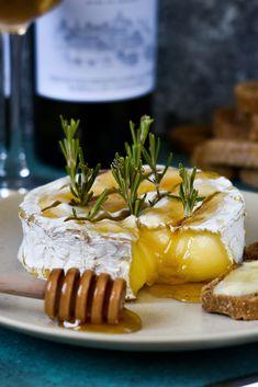 Gebackener Brie oder Camembert mit Honig / Baked Brie or Camembert and Honey Brie, Camembert Cheese, Cooking Recipes, Ethnic Recipes, Food, Honey, Bakken, Recipes, Eten