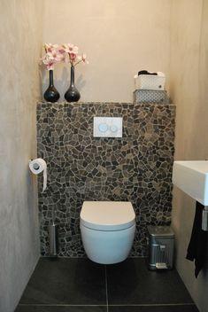 Dans les toilettes, le petit mur en mosaïque de vert et les fleurs pastel font toute la déco.