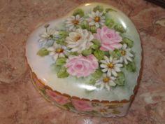 VNTG LOVELY HAND PAINTED ROSES DAISIES HEART SHAPED PORCELAIN VANITY TRINKET BOX