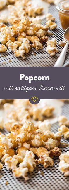 Selbstgemachtes, süßes Karamell-Popcorn mit einer kleinen Prise Salz darf bei deinem nächsten Filmabend auf keinen Fall fehlen.