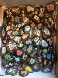 Vertelstenen: Neem drie stenen en vertel een verhaal bij de plaatjes Rijmstenen: Zoek de stenen die rijmen bij elkaar