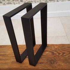 Paire de pieds de table en métal. Fait avec de l'acier doux de haute qualité 40x8mm et fini avec une couche de poudre noire. Des trous sont percés dans les jambes, donc ils peuvent être facilement fixés à un dessus de table. Des tailles et couleurs disponibles.