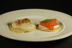 Blini's 2 ways; classic smoked salmon & refreshing blue cheese with pear walnut & honey  Blini's op 2 manieren; de klassieke zalm & verfrissende blauwekaas met peer & walnoot