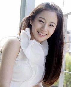 """Kim Tae Hee thought she was too shy to be an actress. You probably know that Kim Tae Hee, the star of """"Iris"""" and """"Jang Ok Jung,"""" has been described as one of Korea's-no, one of the world's-most beautiful women. World Most Beautiful Woman, Beautiful Smile, Korean Beauty, Asian Beauty, Kim Tae Hee, Pretty Hair Color, Good Looking Women, Ulsan, Korean Model"""