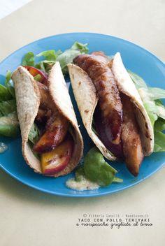 Taco con filetti di pollo teriyaki e nocipesche grigliate al timo Messico e Giappone s'incontrano e boom! ...fuochi d'artificio saporitissimi!   La ricetta su http://noodloves.it/taco-pollo-teriyaki-nocipesche/ #Taco #Pollo #Marinatura #Salsa #Teriyaki #Pesche #Timo #Griglia #Barbecue #Ricetta #Messico #Giappone #Feste #SoloCoseBelle #SoloCoseBuone #Fusion #Brunch
