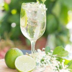 Hugo Champagne drink with elderflower syrup, mint and lime Processco Cocktails, Cocktails Champagne, Prosecco Drinks, Cocktail Drinks, Cocktail Recipes, Alcoholic Drinks, Beverages, Spring Cocktails, Sangria