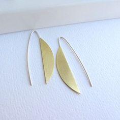 92a53b1fc128 Media luna de oro aretes largos de latón con plata esterlina earwires
