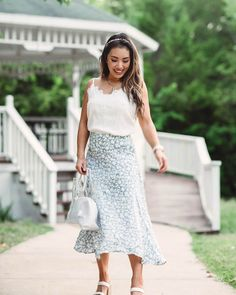 Visit to learn how to wear a midi skirt when you're petite on Cute & Little! If you are looking for an awesome midi skirt outfit for summer, then this is the blog post for you. Get inspired by these petite fashion tips and style. You will love this ultimate petite fashion for women with casual outfits. There's nothing better than a midi skirt outfit that is dressy for summer. Be sure to buy summer skirt outfits and these summer outfits for women in their 30s. #skirt #summer #outfit Summer Outfits Women 30s, Classy Summer Outfits, Summer Fashion Outfits, Edgy Outfits, 70s Fashion, Spring Summer Fashion, Fashion Dresses, Outfit Summer, Winter Fashion