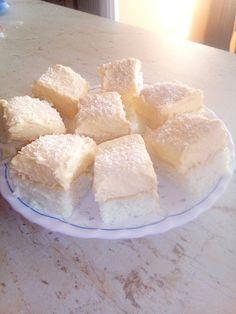 A kókuszos sütik kedvelői rajonganak érte. Ha valami krémes és finom sütire vágysz, érdemes kipróbálnod, mert egyszerűen megunhatatlan. Hozzávalók Tészta: 6 tojásfehérje, só, 20 dkg cukor, 10 dkg liszt, 10 dkg kókusz Krém: 6 tojássárgája, 1 vaníliás puding, 4 dl … Egy kattintás ide a folytatáshoz.... → Cake Cookies, Cornbread, Camembert Cheese, Dairy, Ale, Ethnic Recipes, Food, Recipes, Millet Bread