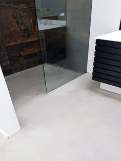 Bathroom with CS Colorscreed polished concrete