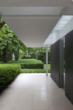 Porch of the Miller House in Columbus, Ohio by Eero Saarinen. Beautiful.