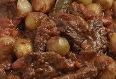 Vefa's Veal (or Beef) Stifado Greek Recipes, Meat Recipes, Slow Cooker Recipes, Cooking Recipes, Marinated Beef, Braised Beef, Beef Stifado, Beef Tapa, Tapas
