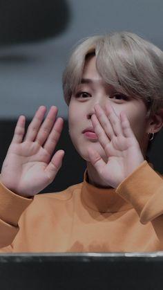 Park Jimin who is smol in everything >_< (in a cute way) Park Ji Min, Mochi, K Wallpaper, Jimin Wallpaper, Taehyung, Vlive Bts, Bts Bangtan Boy, Busan, Btob