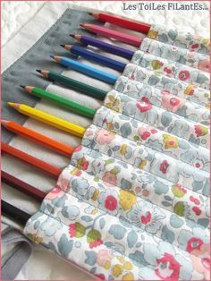 tuto trousse à crayons (patron : http://surunfil.canalblog.com/archives/2007/04/03/4518627.html)