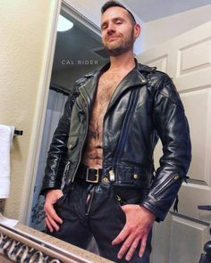 Ohhh sexy as fuck Biker Leather, Leather Men, Leather Pants, Leather Jackets, Men Tumblr, Komplette Outfits, Men In Uniform, Bear Men, Hairy Men