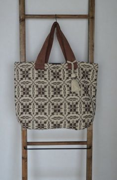 Love this bag! Overshot weave. (Great way to use the scraps I got from Heritage Family Weavers in PA.)