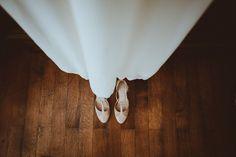 Photographe mariage Provence Bouches du Rhône - Mariage au Chateau de la Beaumetane - chaussures mariee - robe de mariee