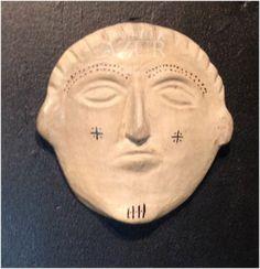 Salle 2, accroché au mur ce très beau masque en terre fabriqué par les portières de Sejnène.